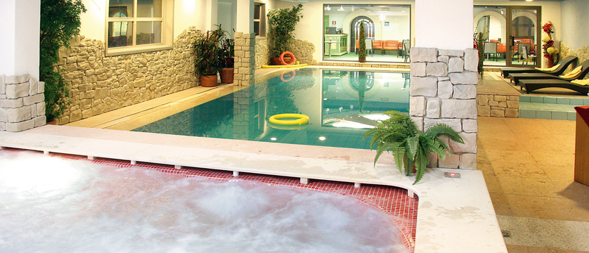italy_dolomites_campitello_park-hotel-rubino_whirlpool.jpg